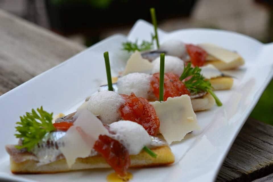 Les tartines d'anchois marinés, artichauts et tomates, espuma de vieux parmesan